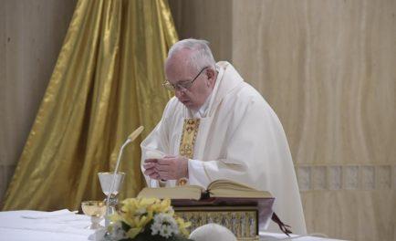 """10/01/2019 – """"Si no amas a tu hermano, no puedes amar a Dios"""". Así lo recordó hoy El Papa Francisco la Misa en la Casa Santa Marta. El espíritu del mundo es…"""