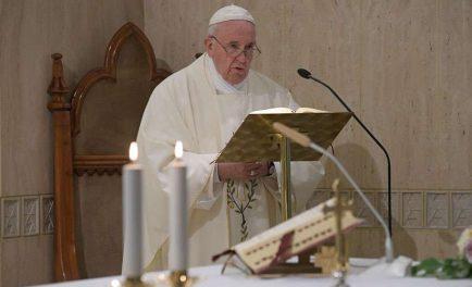 """16/01/2020 –Durante la Misa celebrada este jueves 16 de enero en la Casa Santa Marta, el Papa Francisco invitó a realizar estas dos oraciones que, según afirmó, son """"milagrosas"""" y conmueven a…"""