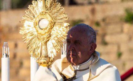23/06/2019 –Al celebrar la Santa Misa en la Solemnidad de Corpus Christi en la Parroquia Santa María Consoladora, en el barrio romano de Casal Bertone, el Papa Francisco aseguró que si recibimos…