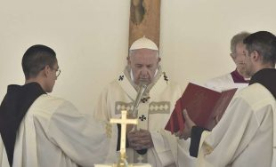 """17/06/2019 –Antes del rezo del Ángelus en la Solemnidad de la Santísima Trinidad, el Papa Francisco animó a """"caminar unidos y alegres en el camino de la fe, de la esperanza y…"""