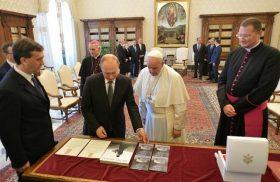 Francisco recibió al presidente ruso Vladimir Putin en el Vaticano en una audiencia privada que duró alrededor de una hora. Es la tercer audiencia que mantiene con el Papa Francisco. Después de…