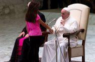 Fuente de Video: Agencia de Noticias Télam 22/08/2019 –Durante la Audiencia General celebrada en el Aula Pablo VI del Vaticano, una niña con…