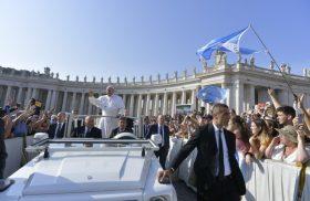 """18/09/2019 –En su catequesis sobre los Hechos de los Apóstoles, el Papa Francisco habló del coraje de los doce, ante la prohibición de los judíos de enseñar en nombre de Cristo. """"Pedro…"""