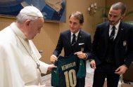 """14/10/2019 –El Papa recibió en audiencia a la Selección italiana de fútbol. """"Incluso con una pelota de trapos se pueden hacer milagros"""". Así…"""
