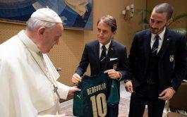 """14/10/2019 –El Papa recibió en audiencia a la Selección italiana de fútbol. """"Incluso con una pelota de trapos se pueden…"""