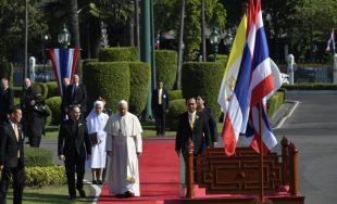21/11/2019 –Arrancó el programa de actividades del Papa Francisco en Tailandia con una ceremonia de bienvenida en la Casa del Gobierno del Primer Ministro, el General Prayuth Chan-ocha. Entre himnos y honores,…