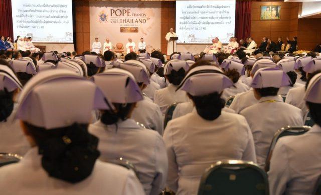 21/11/2019 – En su segundo día de visita a Tailandia, el Papa Francisco se reuniócon el personal del Hospital San Luis de Bangkok.Dicho nosocomio se encuentra celebrando el 120° aniversario de fundación.…