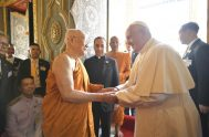 21/11/2019 -Tras encontrarse con las Autoridades de Tailandia y el Cuerpo Diplomático, el Papa Francisco visitó el Templo Real en Bangkok para encontrarse…