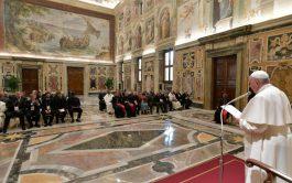 08/11/2019 – El Papa Francisco fue recibido con aplausos por los participantes del encuentro internacional de capellanes de cárceles. El…