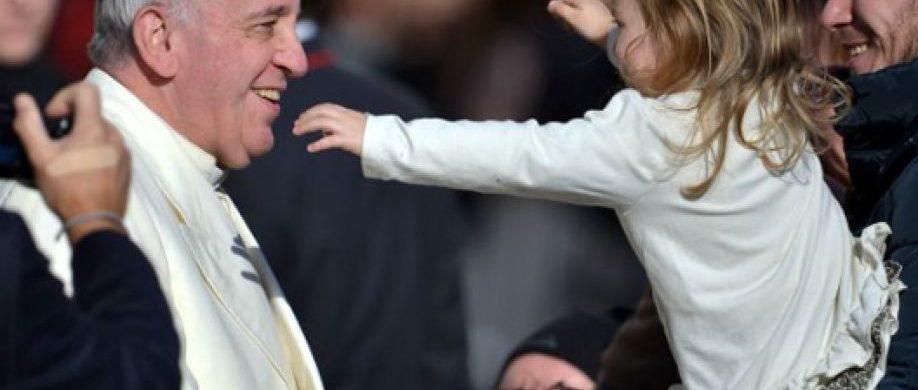 """05/12/2019 -El Vaticano publicó este 5 de diciembre el video sobre las intenciones de oración del Papa Francisco para este mes de diciembre, en el que pide rezar porel futuro de los niños. En este video, realizado por la Red Mundial de oración del Papa, el Santo Padre advierte que """"cada niño marginado, cada niño abusado, cada niño abandonado, cada…"""