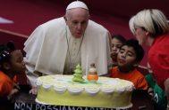 17/12/2019 –Es el séptimo cumpleaños que celebra como Papa. De todas partes del mundo llegan en estas horas mensajes y promesas de oración.…