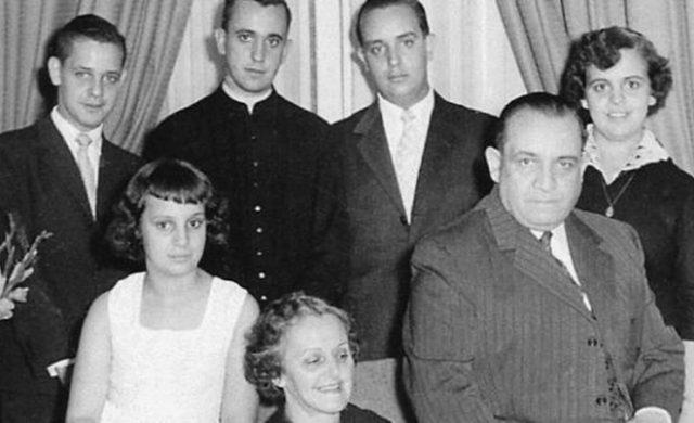 Padre Jorge Mario Bergoglio en foto familiar