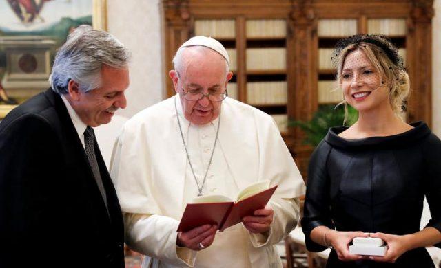 Francisco le regaló a Fernández cuatro libros y una escultura