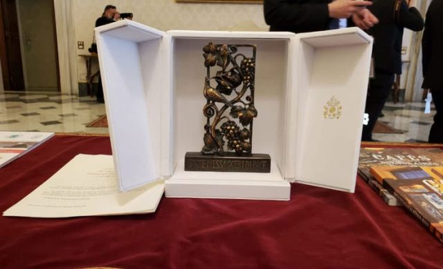 El mensallón, una escultura con forma de medallón que simboliza la paz, el obsequio del Papa al Presidente