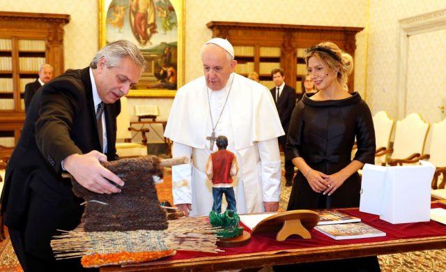 El intercambio de regalos entre Francisco y Alberto Fernández, junto a Fabiola Yáñez