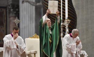 """26/01/2020 –El Papa Francisco invitó a los cristianos a leer todos los días un versículo de la Biblia: """"Comencemos por el Evangelio; mantengámoslo abierto en casa, en la mesita de noche, llevémoslo…"""
