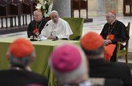 """23/02/2020 –El Papa Francisco se reunió con 58 obispos del Mediterráneo en la ciudad italiana de Bari para clausurar el encuentro """"Mediterráneo frontera…"""