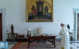 25/03/2020 –El Papa Francisco presidió este miércoles 25 de marzo desde la Biblioteca del Palacio Apostólico del Vaticano el rezo…