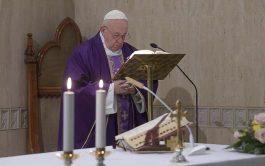 """25/03/2020 –El Papa Francisco rezó por """"todas las religiosas que están trabajando en este momento cuidando a los enfermos, incluso…"""