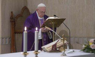 """25/03/2020 –El Papa Francisco rezó por """"todas las religiosas que están trabajando en este momento cuidando a…"""