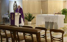 26/03/2020 –En la misa que se transmitió en vivo desde la Capilla de la Casa Santa Marta Francisco rezó hoy…