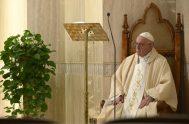 13/04/2020 – Al inicio de la Misa en la capilla de la Casa Santa Marta de este lunes 13 de abril, el Papa…