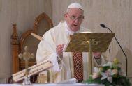 """20/04/2020 –Al inicio de la Misa celebrada en la Casa Santa Marta este 20 de abril, el Papa Francisco recordó que """"la política…"""