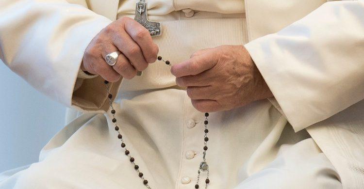 26/05/2020 -El Papa Francisco rezará el Rosario en la gruta de la Virgen de Lourdes de los Jardines del Vaticano el sábado 30 de mayo, un evento al que los santuarios católicos de todo el mundo se unirán a través del streaming. La intención del Rosario mundial es para pedir la ayuda y el consuelo de la Santísima Virgen María…