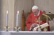 """14/05/2020 –Al inicio de la Misa en Santa Marta de este 14 de mayo, el Papa Francisco señaló que """"en este momento trágico…"""
