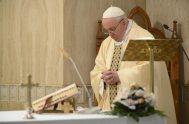 """15/05/2020 –El Papa Francisco ofreció la Misa celebrada este viernes 15 de mayo en Casa Santa Marta por las familias, """"para que crezca…"""