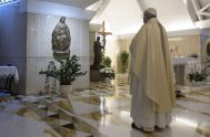"""05/05/200 –El Papa Francisco pidió rezar por las personas que han fallecido durante la pandemia del coronavirus, COVID-19, para que el Señor """"los…"""