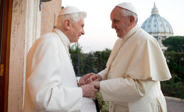 """02/07/2020 -El Papa Francisco envió una carta de pésame a Benedicto XVI por la muerte de su hermano, Monseñor Georg Ratzinger. Monseñor Georg Ratzinger, hermano mayor del Papa Benedicto XVI, falleció el pasado 1 de julio en Ratisbona (Alemania) a los 96 años de edad. En la carta de pésame, el Papa Francisco recordó la """"delicadeza"""" que tuvo el Papa…"""