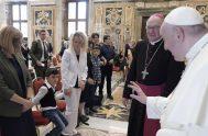"""22/09/2020 –El Papa Francisco recibió en el Vaticano a niños que son pacientes del Centro de Autismo """"Sonneschein"""" a quienes les sugirió cómo…"""
