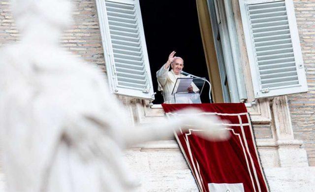 """19/10/2020 -El Papa Francisco recordó que pagar impuestos y """"cumplir las leyes justas del Estado"""", es un deber ciudadano. Al mismo tiempo, hizo hincapié en que, los cristianos deben """"afirmar la primacía de Dios en la vida humana"""". Así, lo expresó el Pontífice durante el rezo del Ángelus dominical desde el Palacio Apostólico del Vaticano. El Papa contó a los…"""
