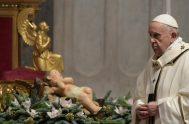 """25/12/2020 –El Hijo de Dios """"vino al mundo como un niño viene al mundo, débil y frágil"""", expresó el Papa Francisco en la…"""