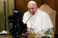 """26/1/2021 –El Papa Francisco alentó a los periodistas al sentido de responsabilidad y a desenmascarar las noticias falsas, porque """"todos estamos llamados a…"""