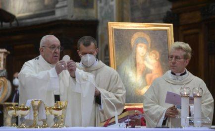 """12/04/2021 –El Papa Francisco invitó a acudir con frecuencia al Sacramento de la Confesión, pues al acudir a la confesión """"no nos confesamos para hundirnos, sino para dejarnos levantar. Lo necesitamos mucho,…"""