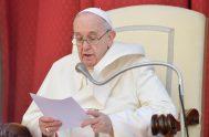 """12/05/2021 -El Pontífice asegura que el momento de oración no es fácil y por eso muchos de nosotros """"escapamos"""" de la oración. También…"""