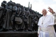 """06/05/2021 –El Papa Francisco solicitó a los católicos un mayor compromiso con los migrantes y refugiados quienes también constituyen una nueva """"frontera"""" misionera…"""