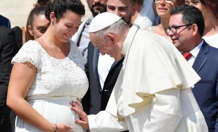 """14/05/2021 –El Papa Francisco participó este 14 de mayo en la apertura de la primera edición de los """"Estados Generales de la Natalidad"""" promovido por el Foro de Asociaciones Familiares de Italia.…"""