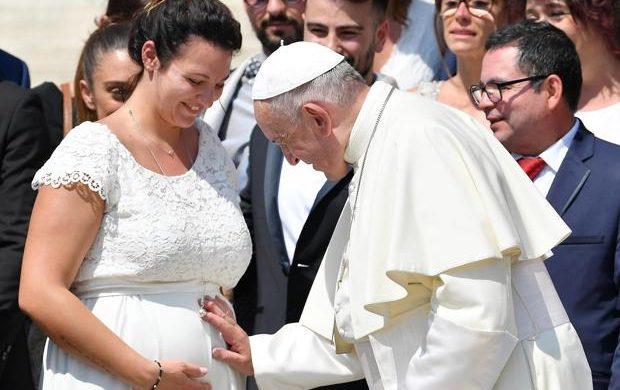 """14/05/2021 -El Papa Francisco participó este 14 de mayo en la apertura de la primera edición de los """"Estados Generales de la Natalidad"""" promovido por el Foro de Asociaciones Familiares de Italia. En su discurso, el Santo Padre destacó la importancia de la familia y de la natalidad y lamentó que cuando en el trabajo a algunas mujeres """"se les…"""