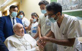 20/07/2021 –El Papa Francisco agradeció a todos los empleados del Policlínico Gemelli de Roma por los cuidados recibidos durante su…