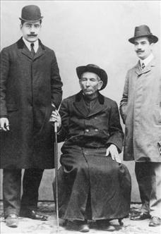 El Cura, sentado junto a dos de sus contemporáneos.