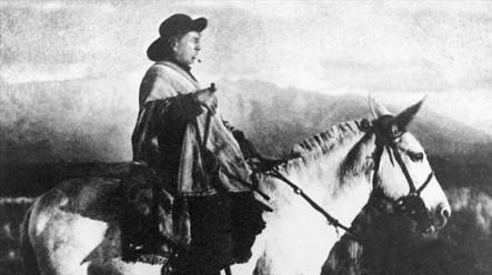 La estampa del Cura Gaucho, montado en un caballo.