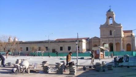 Otra potal de la plaza Centenario, en obras.