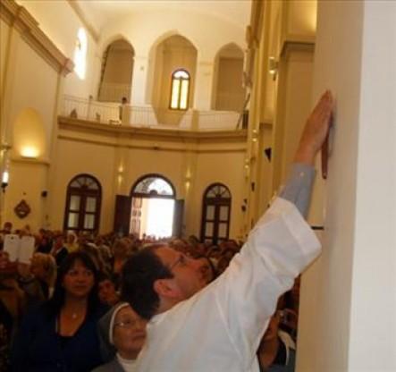 El párroco de Villa Cura Brochero bendiciendo las remodelaciones del templo.