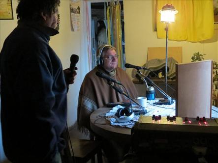 El Padre Javier Soteras en la transmisión de la Catequesis.