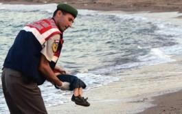 03/09/2015 – La imagen de un niño de 3 años muerto en una playa ha retratado el drama de los…
