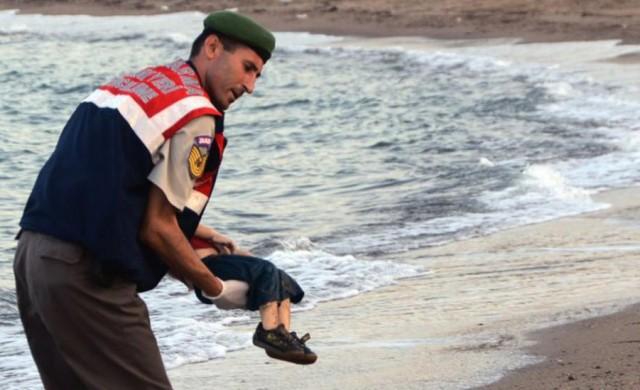 03/09/2015 - La imagen de un niño de 3 años muerto en una playa ha retratado el drama de los refugiados que buscan conseguir asilo como única huída de la guerra que…