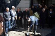 09/06/2016 – Un olivo, el árbol que es signo de la paz, recuerda desde ayeren el ingreso a la Conferencia Episcopal Argentina el…